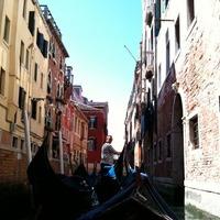 ヴェネツィアの水路をいく