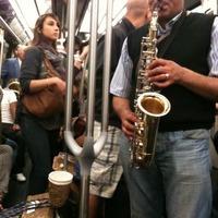 パリのメトロでサックス演奏