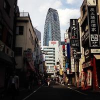 ヤマダ電機 LABI新宿西口館 新宿西口の路地裏からコクーンタワーを見上げ...