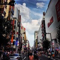 ビックロ ビックカメラ新宿東口店 新宿通りの歩行者天国は久しぶりに来たなあ...